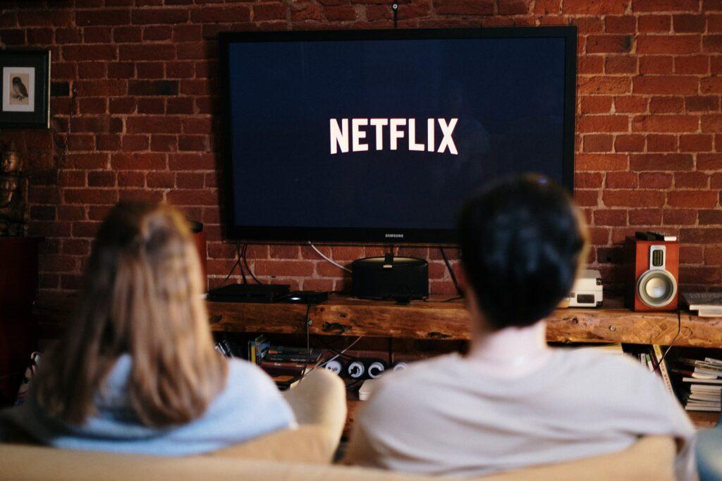Binge watching Netflix is soms lekker maar zorg ervoor dat je de impact van prikkels reduceert door de natuur in te gaan of een goed gesprek te houden met iemand.